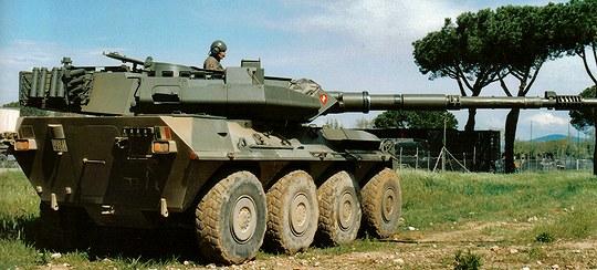 射撃を行う90式戦車