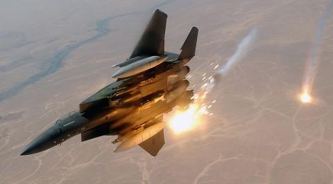フレアを放出するF-15E