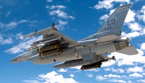 クラスター爆弾と空対空ミサイルを積んだF-16
