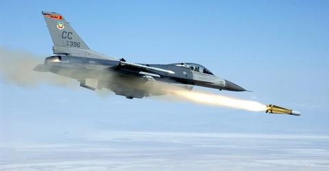 マーベリックを発射するF-16