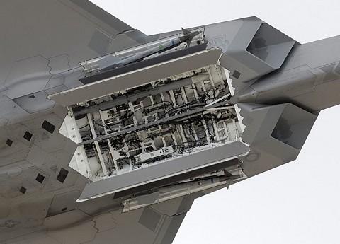 ウェポンベイを展開しているF-22A