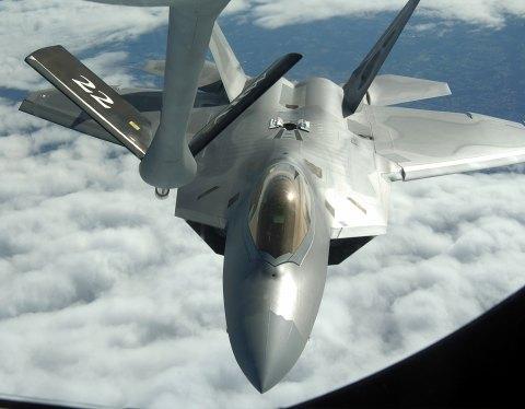 空中給油を受けるF-22