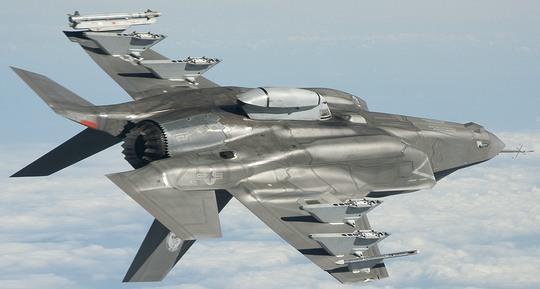 翼下にレーザー誘導爆弾とAIM-9Xサイドワインダー、胴体下にガンポッドを搭載