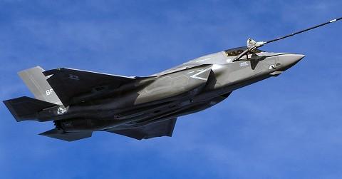 空中給油を受けるF-35B