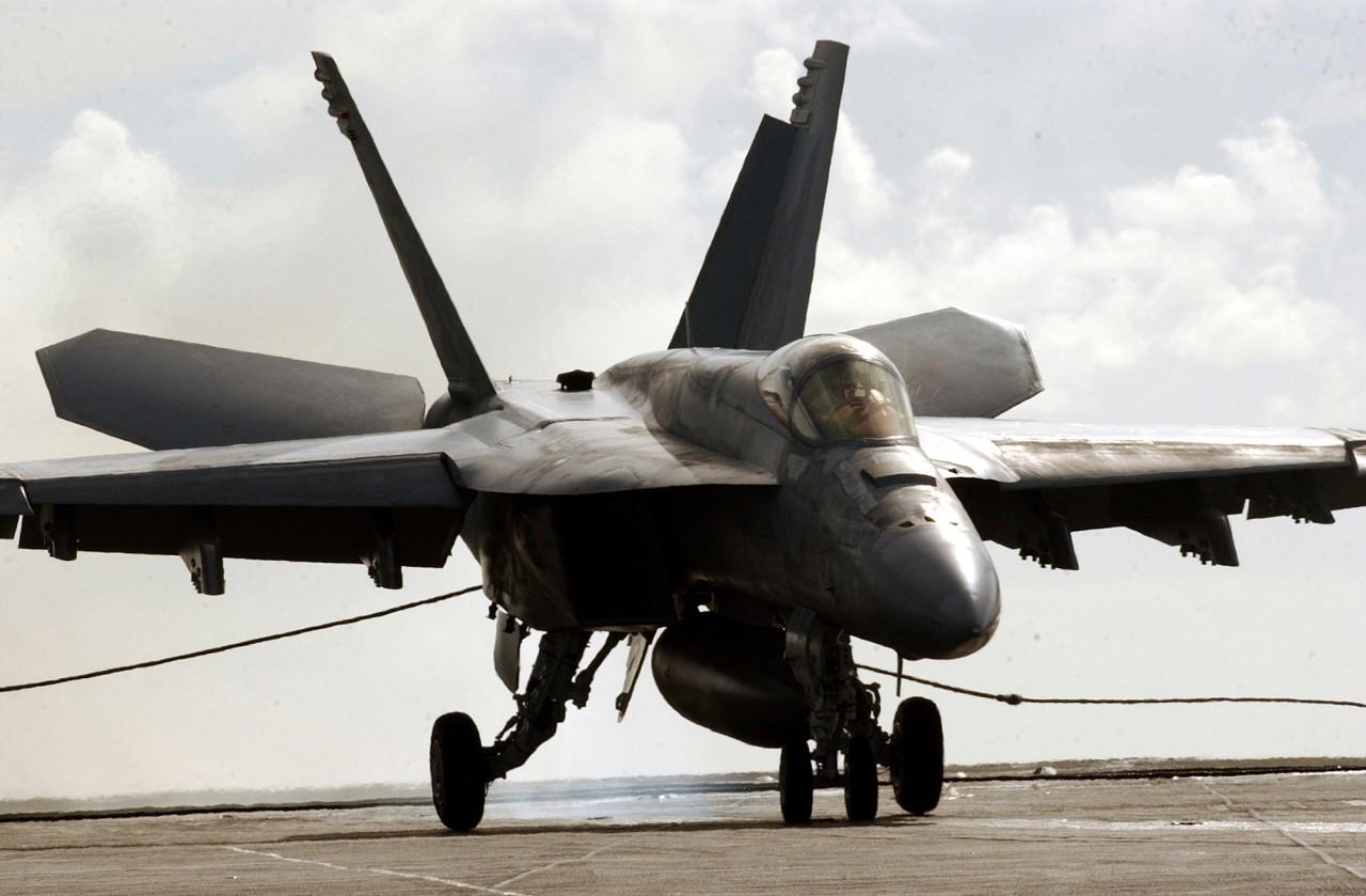 戦闘 機 fa18 攻撃