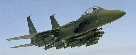 クラスター爆弾を満載したF-15E